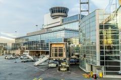 Vue au nouveau terminal dans l'aéroport principal de Francfort Rhein Image libre de droits