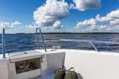 Vue au paysage de lac du canot automobile Images libres de droits