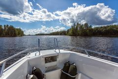 Vue au paysage de lac du canot automobile Image stock