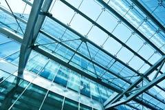 Vue au plafond en verre d'aéroport de bleu en acier Images stock