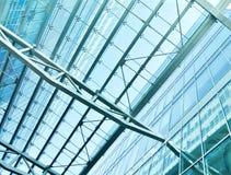 Vue au plafond en verre d'aéroport de bleu en acier Image stock