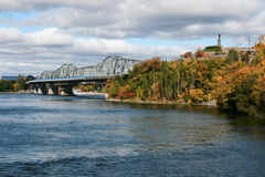 Vue au pont au-dessus de la rivière d'Ottawa et du point de Nepean Image libre de droits