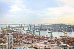 Vue au port de Singapour avec des récipients d'expédition Image stock