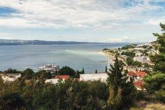 Vue au port et à la baie de la ville d'Omis en Croatie photographie stock