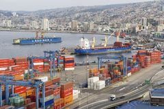 Vue au port maritime de cargaison de Valparaiso, Chili photographie stock libre de droits