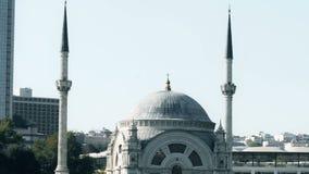 Vue au ralenti de mosquée célèbre d'Istanbul sur Bosphorus de flotter le bateau de touristes banque de vidéos