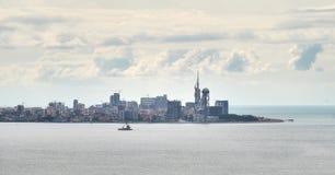 Vue au remblai de Batumi de la mer de distance Image stock
