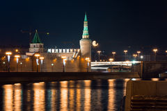 Vue au remblai de la rivière, du mur de Moscou Kremlin et de la tour avec la pleine lune sur le fond d'un autre côté de la rivièr Image libre de droits