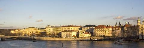 Vue au vieux centre de Praque, capital de la République Tchèque avec la rivière Moldau sur le premier plan image libre de droits
