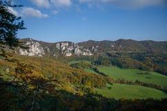 Vue automnale panoramique des montagnes rocheuses de Sulov - sulovske skaly - la Slovaquie photographie stock libre de droits