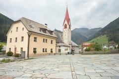 Vue automnale vers la petite ville de Rio Bianco dans Ahrntal Images libres de droits