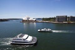 Vue aux bacs en port de Sidney avec le théatre de l'$opéra Image stock