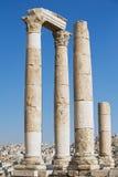 Vue aux colonnes en pierre antiques à la citadelle d'Amman avec la ville d'Amman au fond à Amman, Jordanie Image stock