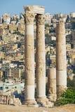 Vue aux colonnes en pierre antiques à la citadelle d'Amman avec la ville d'Amman au fond à Amman, Jordanie Images libres de droits