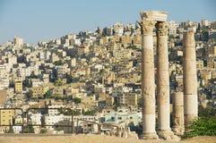Vue aux colonnes en pierre antiques à la citadelle d'Amman avec la ville d'Amman au fond à Amman, Jordanie Image libre de droits