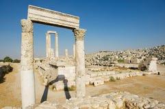 Vue aux colonnes en pierre antiques à la citadelle d'Amman avec la ville d'Amman au fond à Amman, Jordanie Images stock