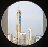 Vue aux gratte-ciel de Bangkok par la fenêtre de cercle Images stock