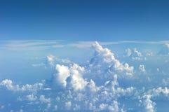 Vue aux mottes de terre sur le ciel de la fenêtre d'un aiplane Ciel vu de l'avion Images stock