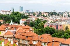 Vue aux toits de rouge et aux maisons de Vysegrad à Prague Images libres de droits