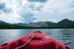 Vue avant de bateau bateau de canoë seul flottant sur la mer Ciel, photo stock