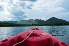 Vue avant de bateau bateau de canoë seul flottant sur la mer Ciel, photos stock