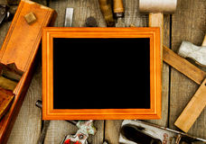 Vue avec de vieux outils (burin, avion, hache et Image stock