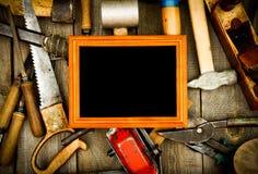 Vue avec de vieux outils (burin, avion, hache et Images libres de droits