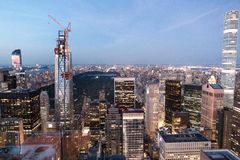Vue avec des gratte-ciel pendant le coucher du soleil vu du centre d'observation de roche New York photographie stock