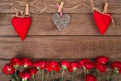 Vue avec des roses et des coeurs rouges sur le fond en bois Rose rouge Photos libres de droits