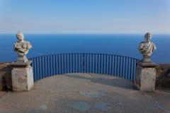 Vue avec des statues de la ville de Ravello, côte d'Amalfi, Italie Photos stock