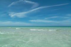 Vue avec du charme étonnante de fond naturel d'océan tranquille et de ciel bleu images libres de droits
