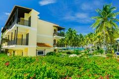 Vue avec du charme des au sol coloniaux d'hôtel, beaux rétros bâtiments élégants de invitation dans le jardin tropical Photos libres de droits