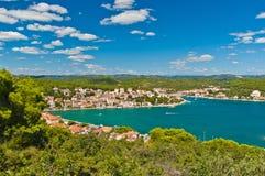 Vue avec la baie clair comme de l'eau de roche de turquoise dans Tisno, Croatie Photos libres de droits