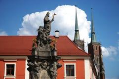 Vue avec la cathédrale de St John le baptiste de Wroclaw en Pologne - Ostrow Tumski images libres de droits