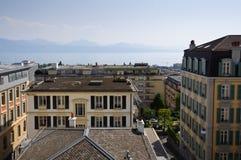 Vue avec le centre, le lac et les montagnes de la ville photographie stock libre de droits