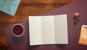 Vue avec le coeur de carte cadeaux et de valentines Images stock