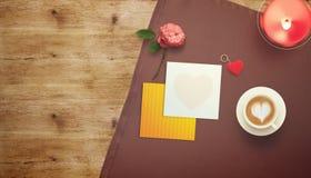 Vue avec le coeur de carte cadeaux et de valentines Photo stock