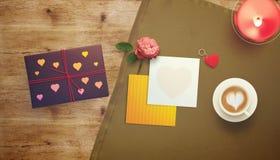 Vue avec le coeur de carte cadeaux et de valentines Photos stock