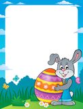 Vue avec le lapin tenant le grand oeuf de pâques Photographie stock libre de droits