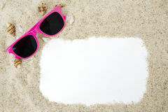 Vue avec le sable et les lunettes de soleil photo stock