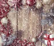 Vue avec les boules de Noël, le cadeau et le panier à provisions sur un en bois Image libre de droits