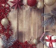 Vue avec les boules de Noël, le cadeau et le panier à provisions sur un fond en bois Photographie stock libre de droits