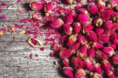 Vue avec les pétales de rose et les bourgeons secs Image libre de droits