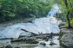 Vue basse d'hurler les cascades courues dans Jefferson Nation Forest, la Virginie, Etats-Unis -2 photo libre de droits