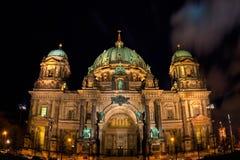 Vue berlinoise de nuit de dôme Photo stock