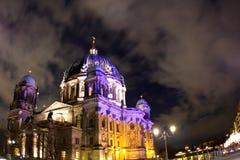 Vue berlinoise de nuit de dôme Photographie stock