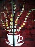 Vue blanche rouge de tasse de dessert de coeurs d'amour de café Photo stock