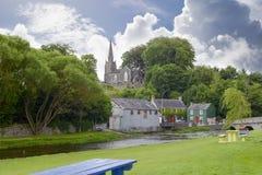 Vue bleue de banc au parc de castletownroche Images libres de droits