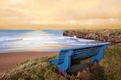 vue bleue de coucher du soleil de banc Images libres de droits