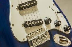 Vue bleue de d?tails de plan rapproch? de guitare de couleur photo stock
